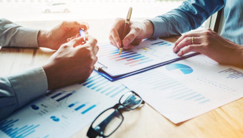 pessoas-negocio-reuniao-planejando-estrategia-analise_18497-757